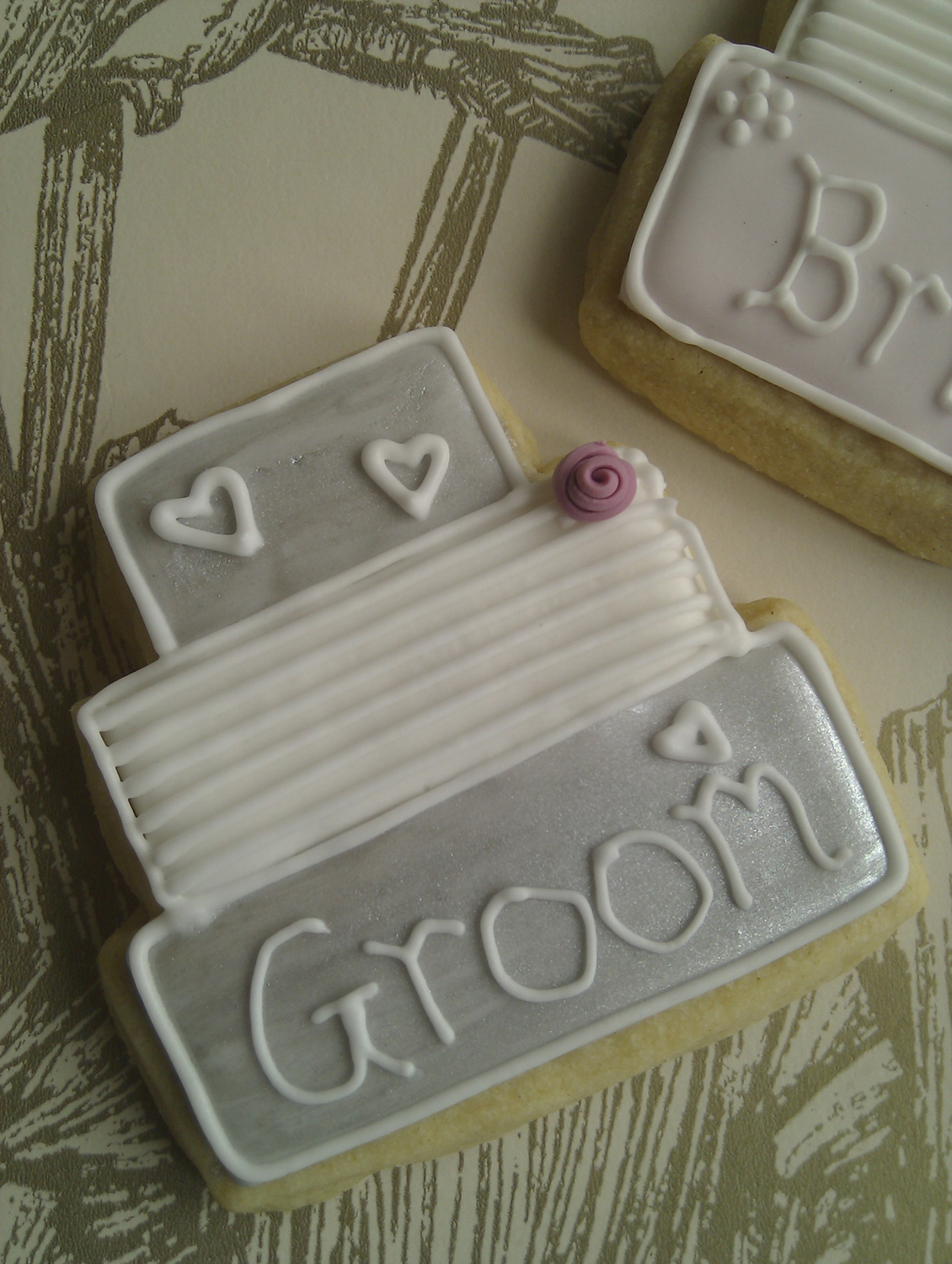 close-up-groom-cookie